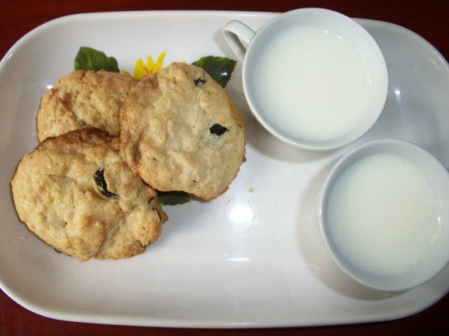 White Chocolate & Raisan Cookies