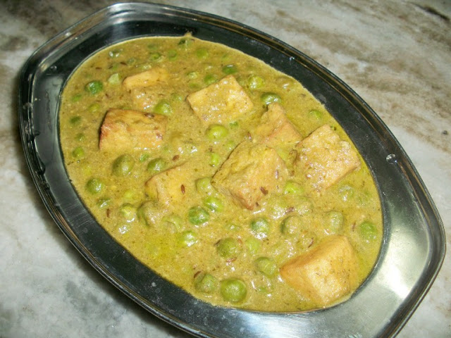 Mutter Paneer ( Peas & Paneer cooked in a Rich Cashew Sauce )