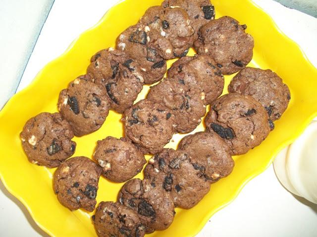 Triple Chocolate Cookies ( Cookies with Dark Chocolate,White Chocolate and Oreos)