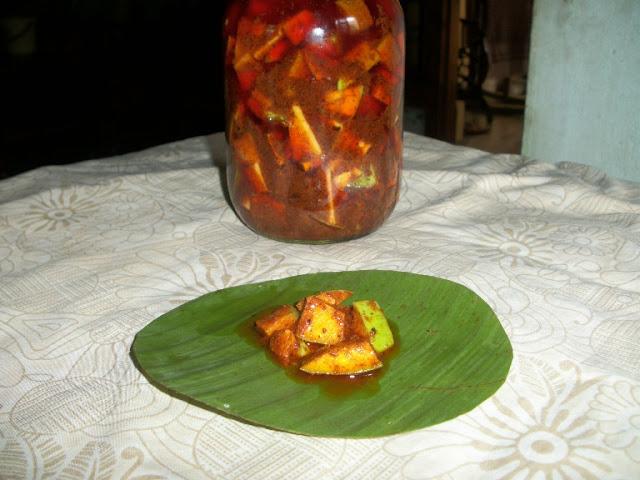 Andhra Avakaaya / Andhra Raw Mango Pickle / Mango Aavakaaya