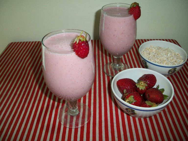 Strawberry Oats MilkShake / Strawberry Oats Smoothie – Healthy Breakfast Ideas / Summer Special Recipes