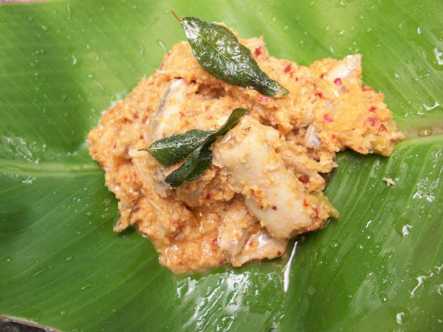 நெத்திலி மீன் அவியல் / Nethili Meen Avial ( Kerala Style) / Anchovies Cooked with Raw Mangoes & Spicy Coconut Masala