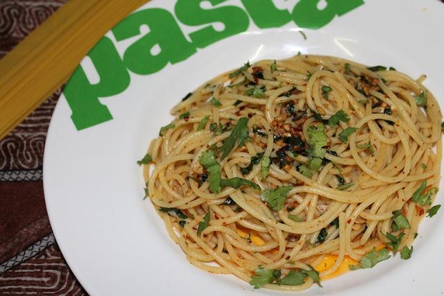 Spaghetti Aglio e Olio / Spaghetti Aio Oio / Spaghetti with Olive Oil, Garlic & Red Chilli Flakes