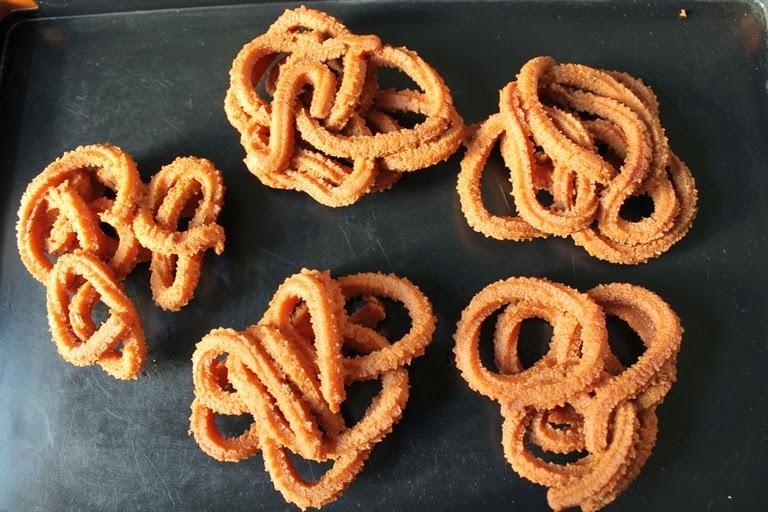 Wheat Flour Murukku / Atta Murukku / Gothumai Mavu Murukku / Atta Chakli – Diwali Recipes