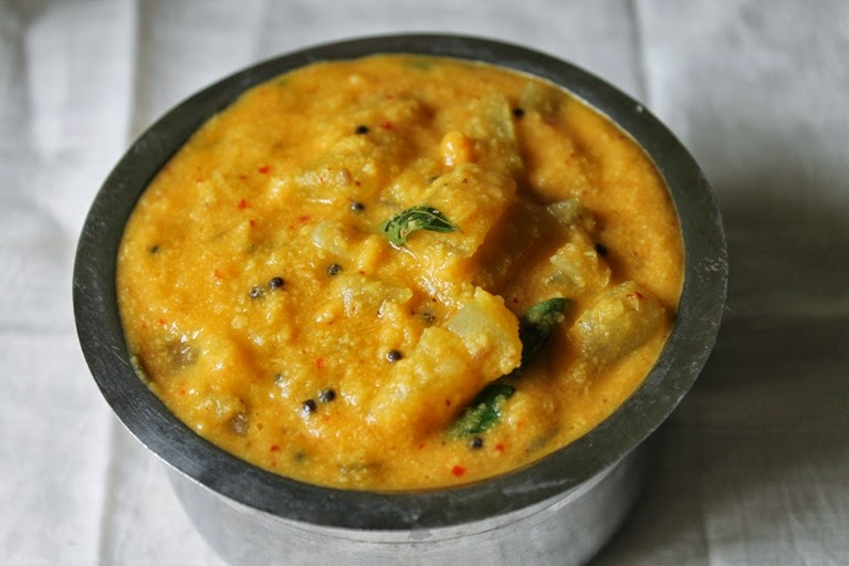 Sorakkai Kootu / Bottle Gourd Kootu / Lauki & Moong Dal Cooked in a Spicy Coconut Masala