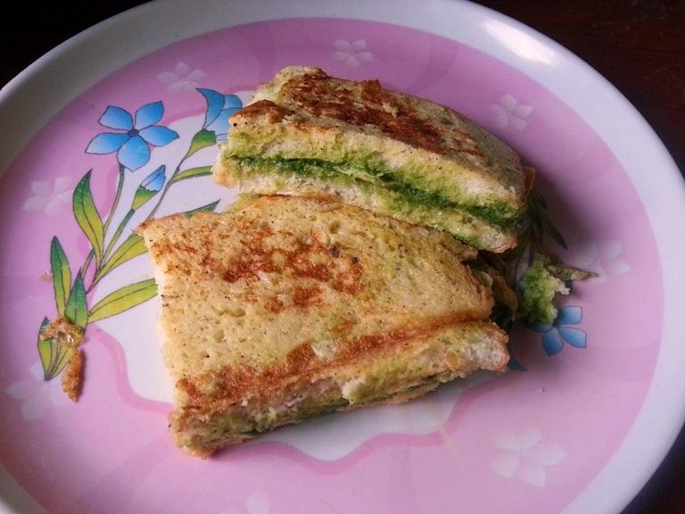 Bread Omelette Recipe / Bread Omelette Street Food Style / Bread Omelet Recipe / Bread Omelette with Green Chutney & Cheese