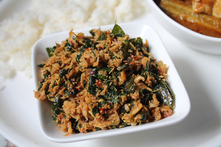 Kooni Murungai Keerai Thoran Recipe / Baby Prawns & Drumstick Leaves Thoran Recipe