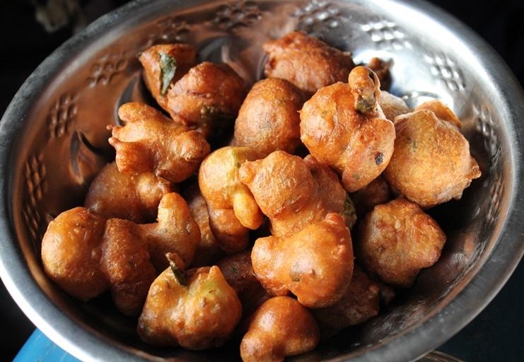Goli Baje Recipe / Mangalore Bajji Recipe / Bajji with Getti Chutney