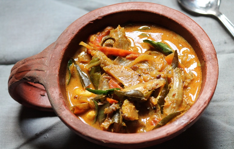 Karuvadu Kuzhambu Recipe / Nethili Karuvadu Kuzhambu Recipe / Dried Fish Curry Recipe