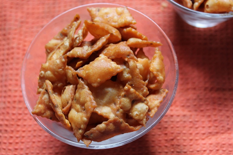 Spicy diamond cuts recipe maida biscuits recipe yummy tummy i would say that this recipe will be a easy but tasty snack which you can make for diwalii made it in minutes and it tasted divine forumfinder Image collections