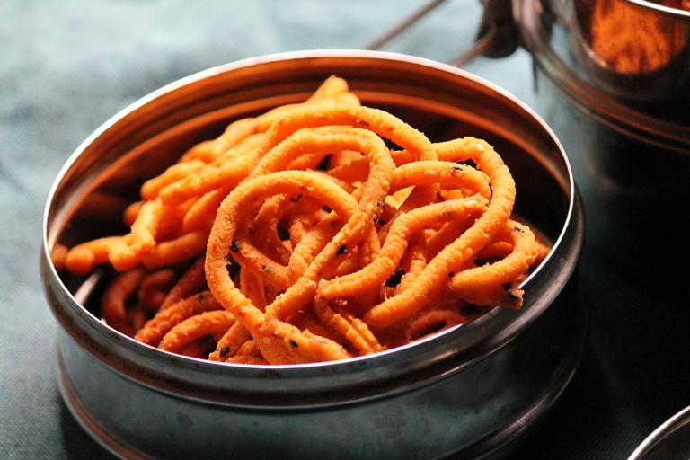 Garlic Murukku Recipe / Poondu Murukku Recipe