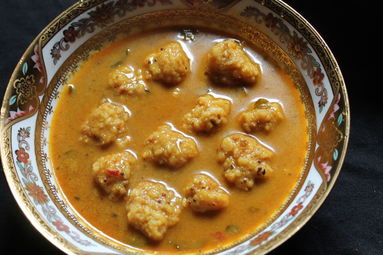 Paruppu Urundai Kuzhambu Recipe / Lentil Dumplings Cooked in a Spicy Tamarind Gravy