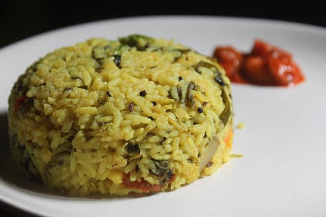 Arisi Paruppu Sadam Recipe – Healthy Dhal Spinach Rice Recipe