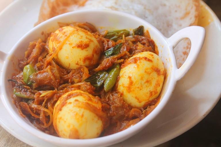 Egg Roast for Aapam – Mutta Roast Recipe