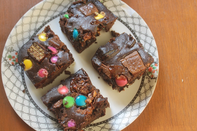 Halloween Candy Brownies Recipe – Fudgy Candy Bar Brownies Recipe