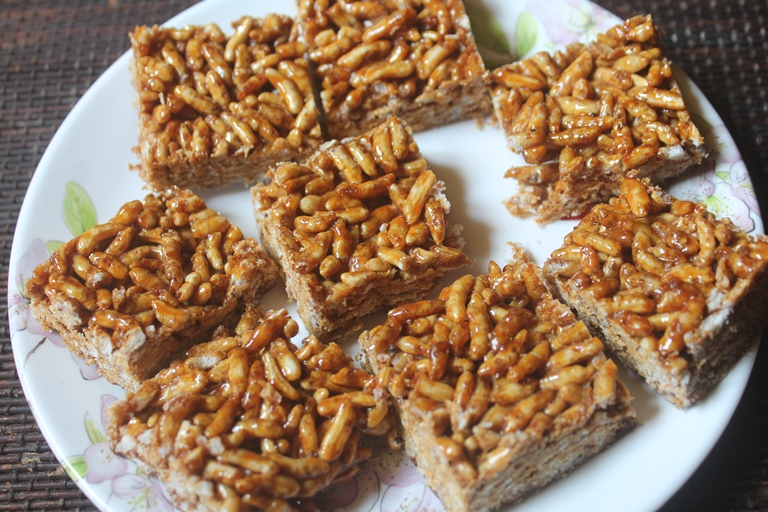 Puffed Rice Chikki Recipe – Pori Mithai Recipe