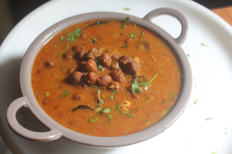 Karuppu Kondakadalai Kuzhambu Recipe – Kala Chana Curry