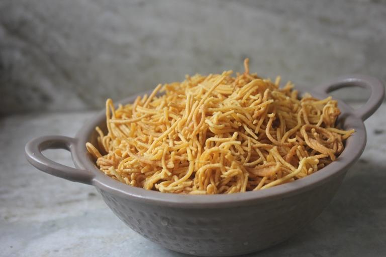 Garlic Sev Recipe – Poondu Oma Podi Recipe – Diwali Snack Recipe